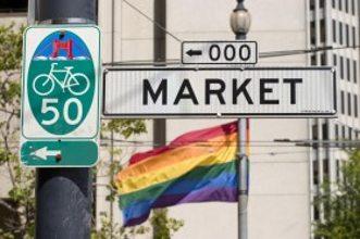 cartello market e bandiera gay expo turismo